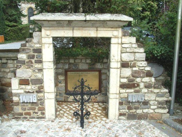 Муниципалитет Chaumont. Памятник у церкви, посвященный воинам, погибшим в обеих мировых войнах.