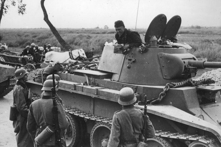 Советский танкист общается с немецким патрулем на демаркационной линии в Польше. Сентябрь 1939 г.