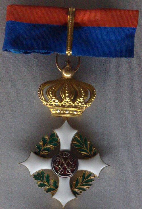 Знак Великого офицера Савойского военного ордена на шейной ленте.
