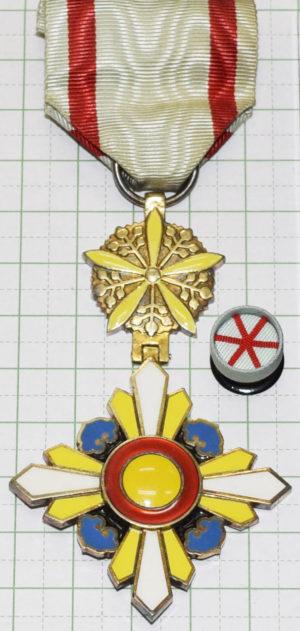 Орден Благоприятных Облаков 5-го класса с орденской розеткой.