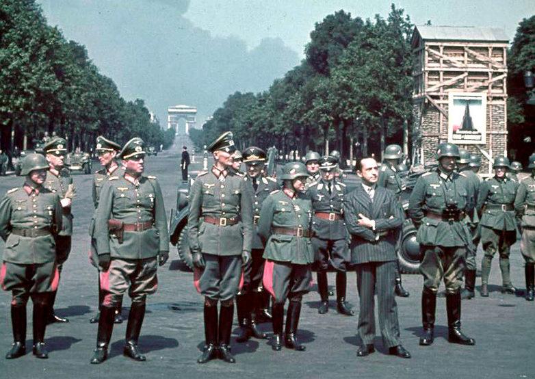 Немецкие генералы на параде победы в Париже на фоне Триумфальной арки, Елисейских полей. По центру Командующий Группой армии «B» Федор фон Бок. 14 Июня 1940 г.