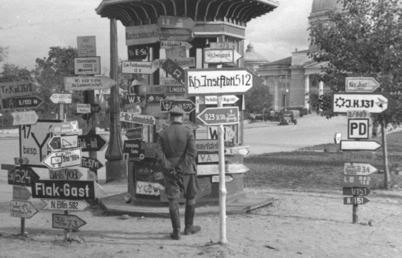 Немецкий офицер рассматривает дорожные указатели в оккупированном Курске. Лето 1942 года.