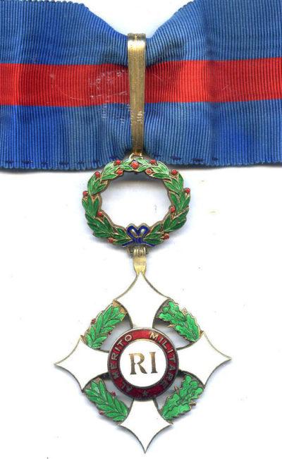 Знак Великого офицера Военного ордена на шейной ленте.