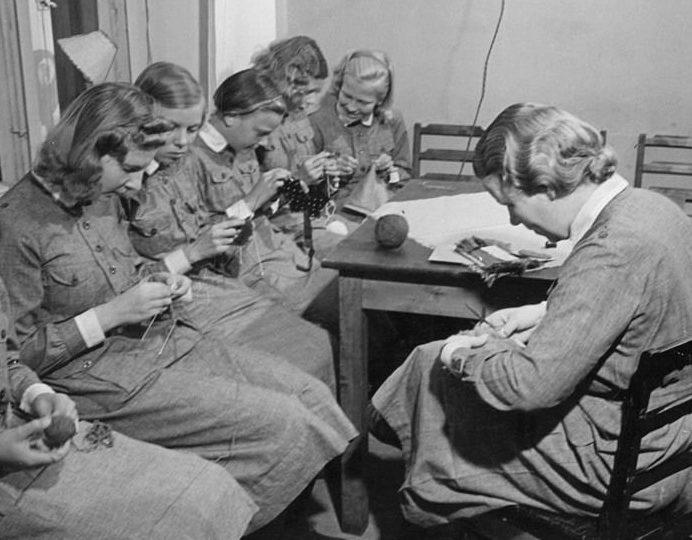 Члены организации вяжут носки для солдат. Январь 1939 г.