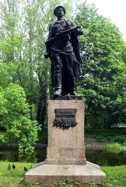 Памятник Герою Советского Союза А. Матросову. Высота скульптуры - 2,5 м, высота постамента - 2 м. Скульптор - Л. Ю. Эйдлин.