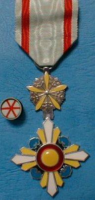 Аверс и реверс ордена Благоприятных Облаков 6-го класса с орденской розеткой.