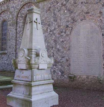 г. Авеннес. Военный мемориал обеих войн у церкви.