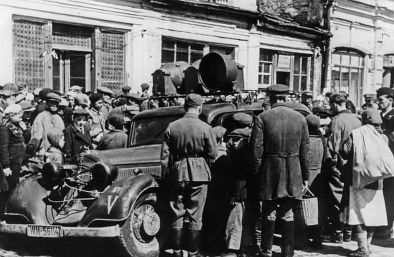 Немецкая агитмашина на улице города. Лето 1942 г.