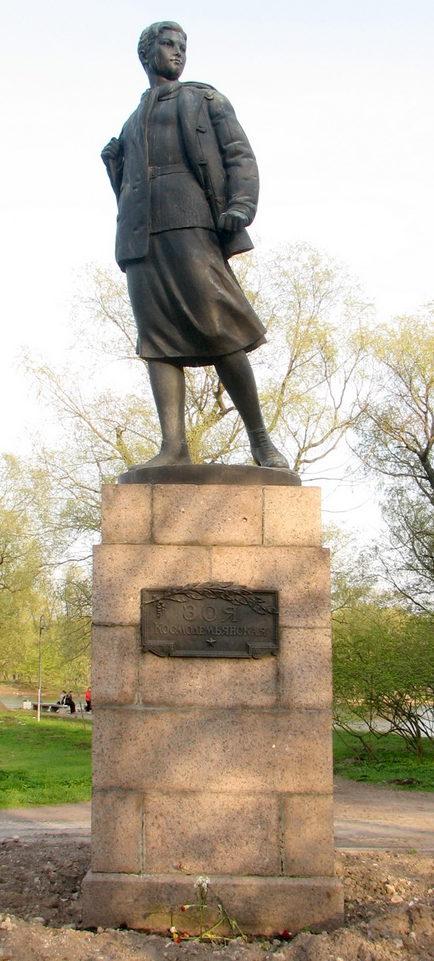 Памятник Герою Советского Союза З. Космодемьянской. Скульптор - М. Г. Манизер.