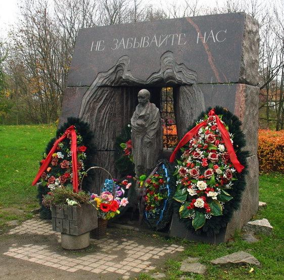 г. Красное Село. Памятник жертвам нацизма установлен в городском парке на проспекте Ленина.