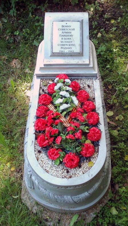 Одна из 44 могил неизвестным солдатам.