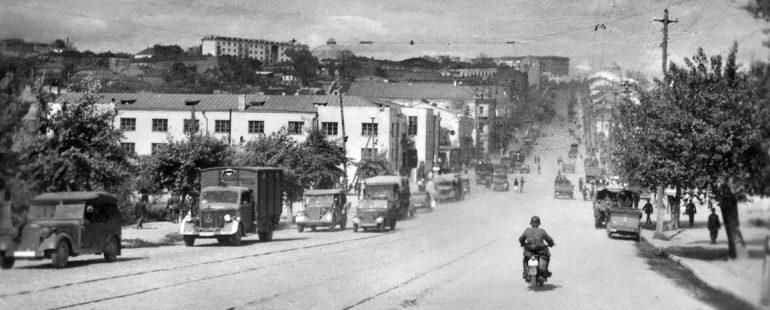 Немецкая колонна в городе. Август 1942 г.