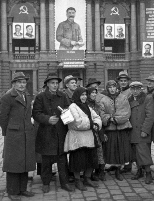 Делегаты Народного собрания перед Оперным театром. Осень 1939 г.