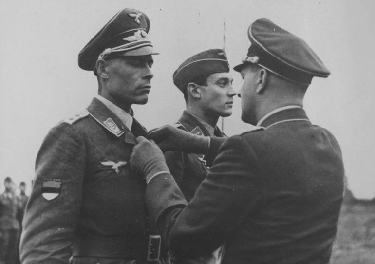 Награждение эстонского пилота Люфтваффе в звании гауптмана Железным крестом 2-го класса. 1943 г.