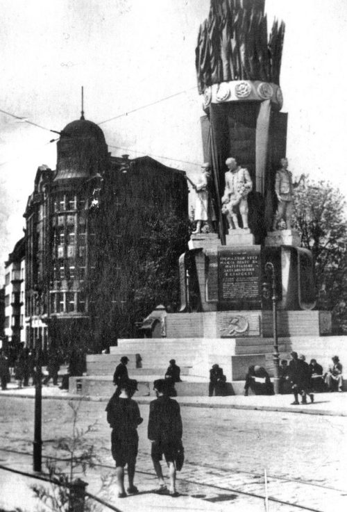 Быстро сооруженный памятник Конституции. 1940 г.