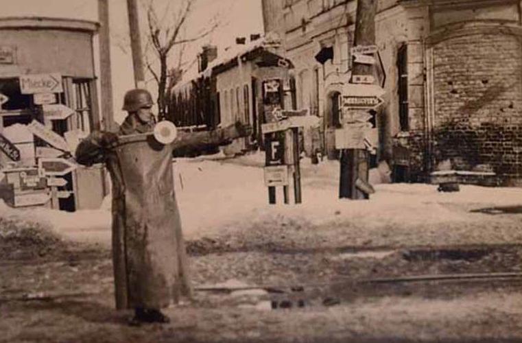 Немецкий регулировщик. Январь 1943 г.