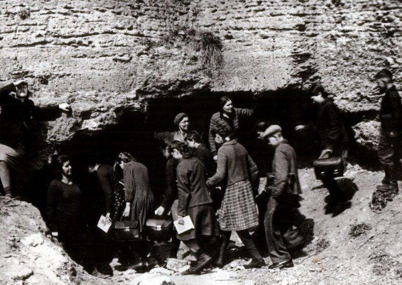 Школьники прячутся в катакомбы во время авианалета. Сентябрь 1941 г.
