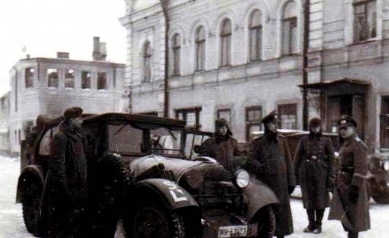 Немцы у здания гестапо. Январь 1943 г.