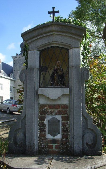 Муниципалитет Fumal. Памятник Пресвятой Девы Марии и Скорби за погибшими во Второй мировой войне.