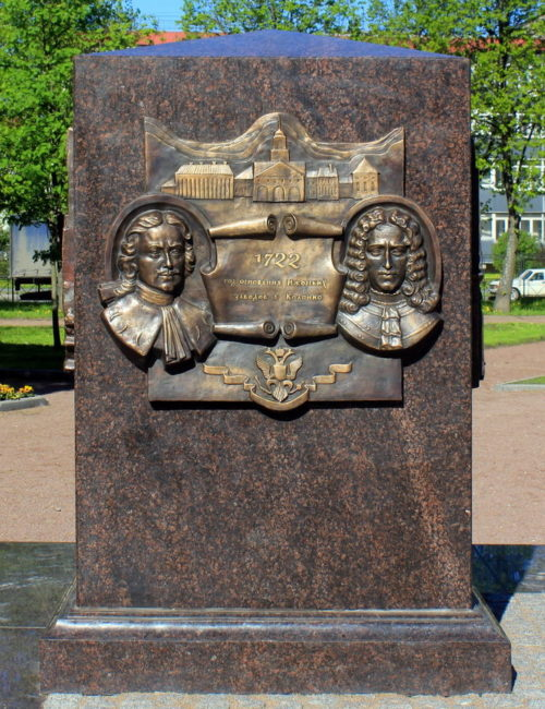 Скульптурные барельефы у памятника.