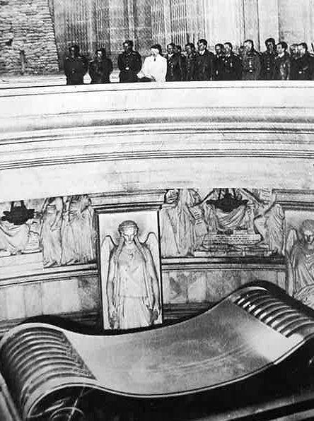 Гитлер на могиле Наполеона. 28 июня 1940 г.