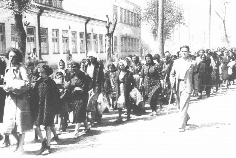 Колонна еврейских женщин и детей под конвоем литовской «самообороны». 1941 г.