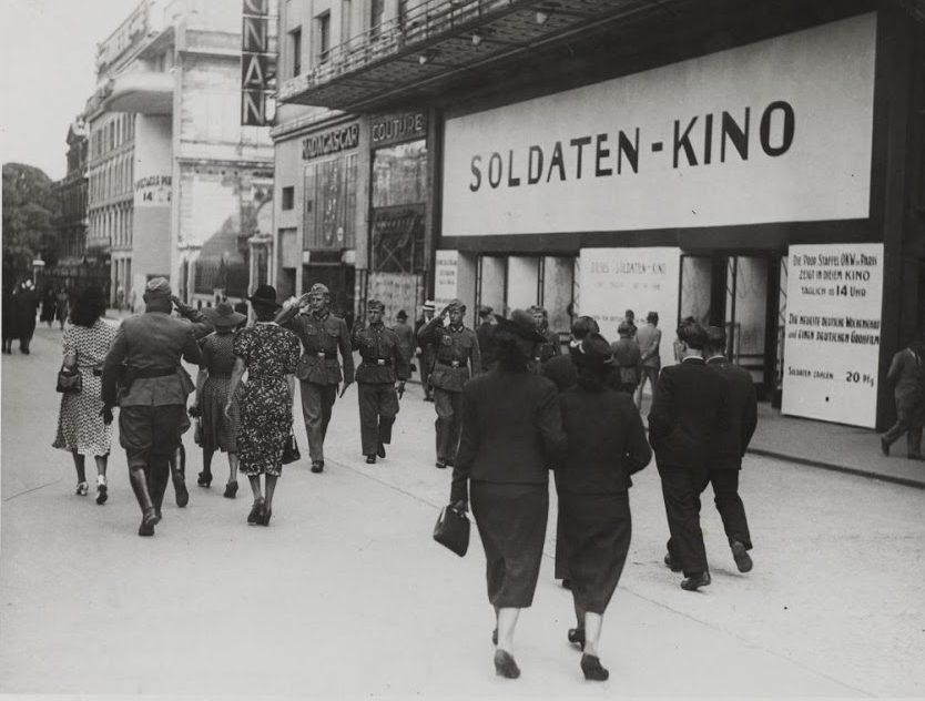 Кинотеатр «Мариньян» теперь только для немецких солдат. Елисейские Поля. 30 июня 1940 г.