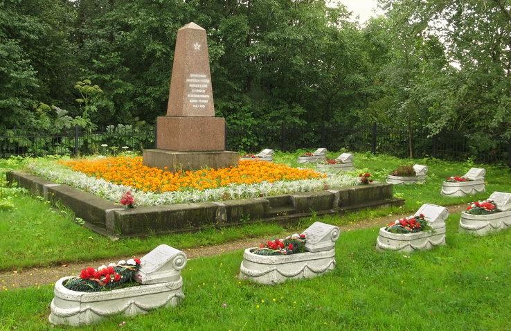 Центральный памятник кладбища.