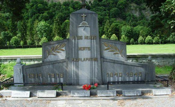 Муниципалитет Aywaille. Военный мемориал двух войн на кладбище.