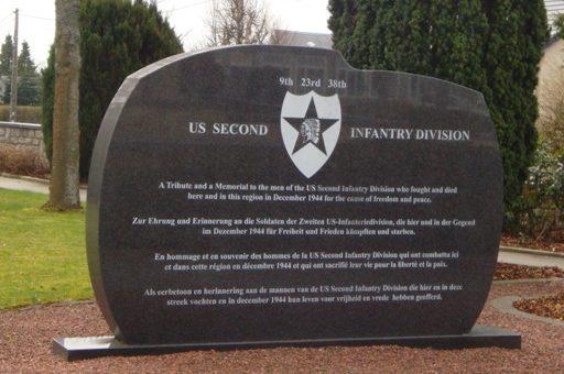 Коммуна Рочерта (Rocherath). Стелы в честь 2-й и 99-й пехотных дивизий США, принимавших участие в битве при Балдже.