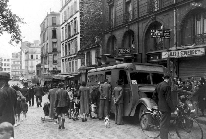Немецкий агитационный грузовик на Монмартре. Трансляция музыки в ознаменование 30-ти дней взятия Парижа. Июль 1940 г.