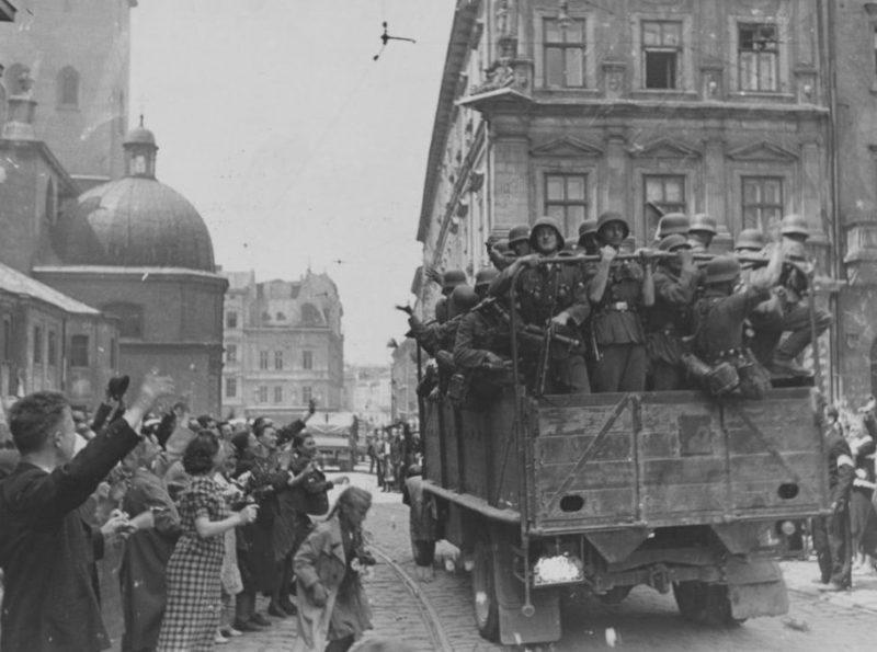 Жители города встречают немецкие войска. Июнь 1941 г.