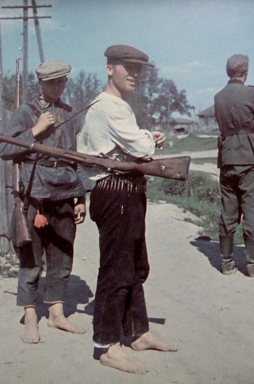 Украинские полицейские и немецкий солдат в оккупированном селе. Август 1941 г.