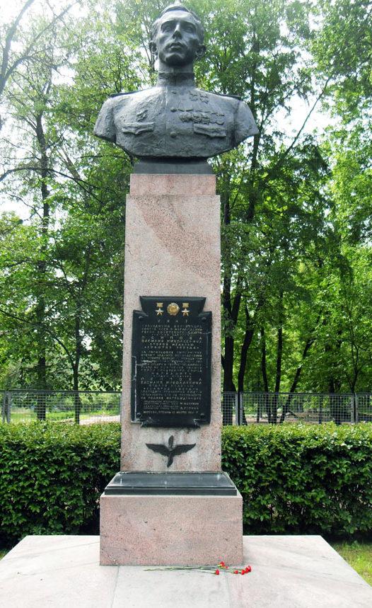 Бюст дважды Герою СССР летчику Осипову В.Н. Скульптор - С. Д. Шапошников.