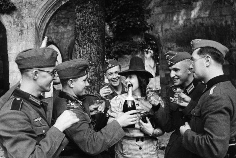 Отпуск немецких солдат в Париже. Август 1940 г.