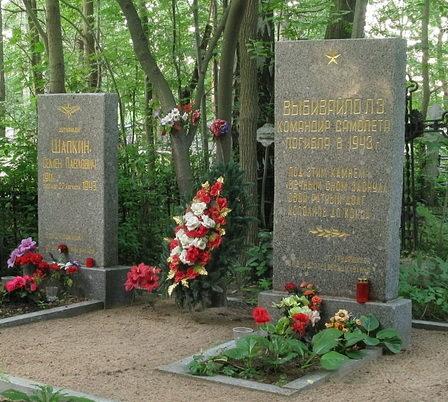 Памятники на могилах летчиков.