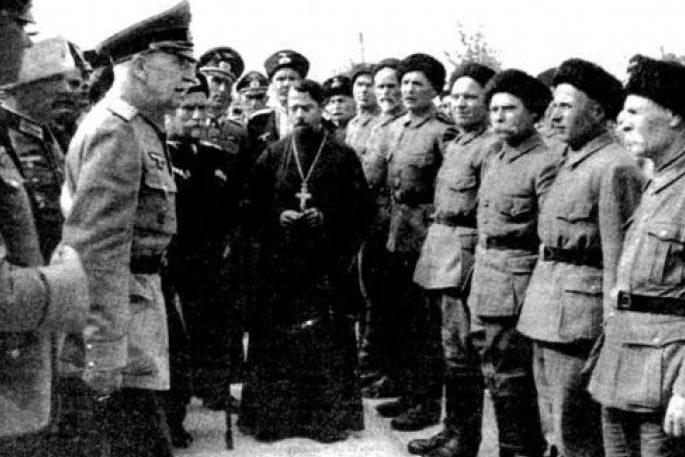 Священник благословляет казачков дивизии «Руссланд». 1942 г.