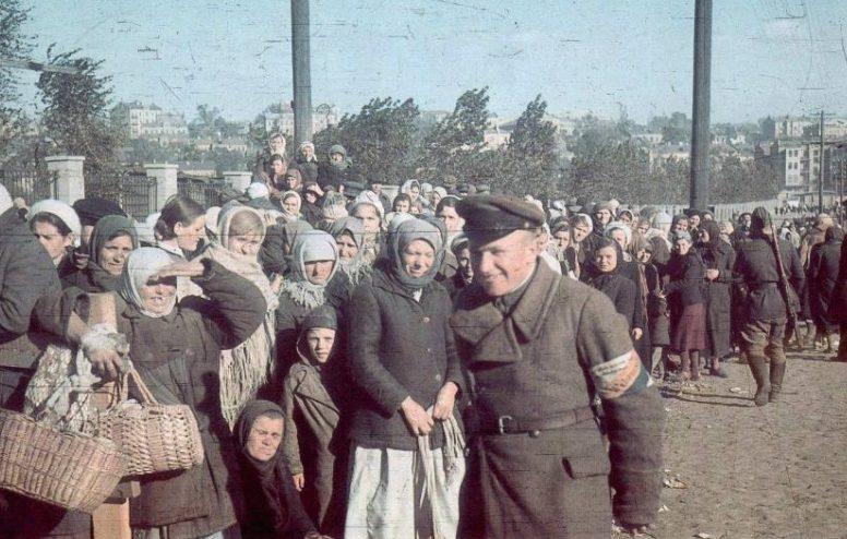 Украинские полицаи поддерживают порядок в толпе женщин. Киев, октябрь 1941 г.