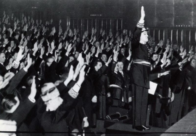 Дворец Шайо. Присяга госслужащих и полиции новой власти. Лето 1940 г.