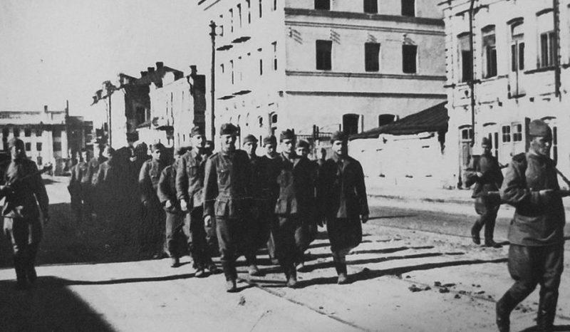 Пленные немцы на улице города. Лето 1943 г.