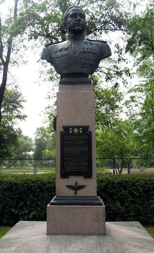 Бюст дважды Герою СССР генерал-майору авиации Челнокову Н.В. Скульптор - Н. А. Соколов.