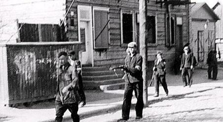 Полицаи ведут задержанного окруженца. Украина, лето 1941 г.