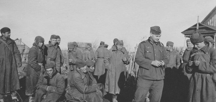 Запись добровольцев в хиви среди пленных красноармейцев. Осень 1941 г.