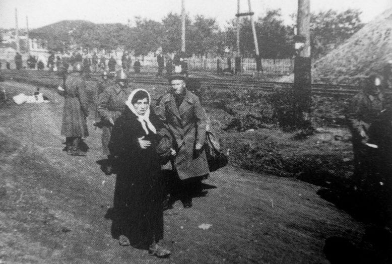 Полицаи ведут евреев к месту расстрела в районе Кривого Рога. Октябрь 1941 г.