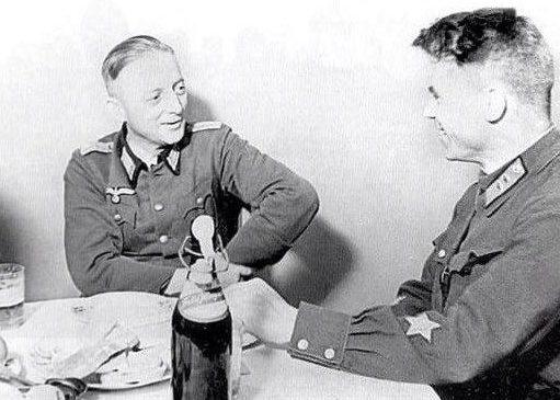 Дружеский разговор офицера Вермахта и комиссара Красной Армии. Брест, сентябрь1939 г.