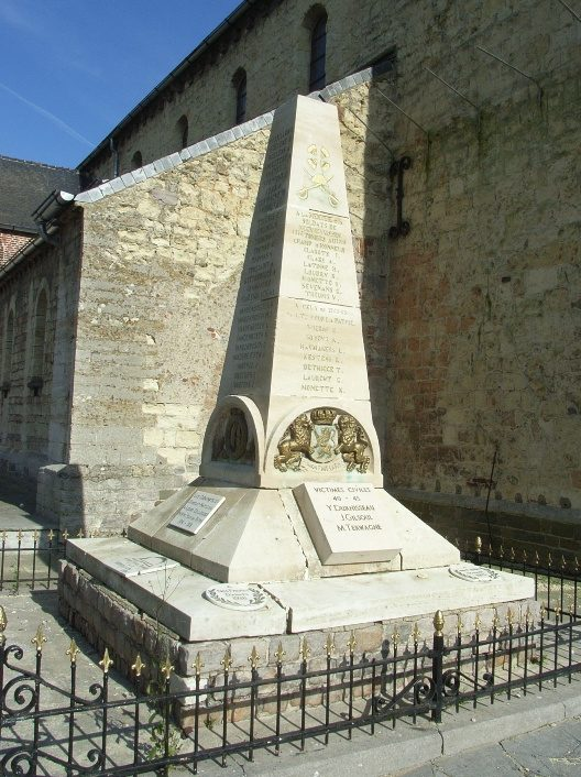 Муниципалитет Neerheylissem. Памятник, установленный у церкви и посвященный жертвам обеих мировых войн.