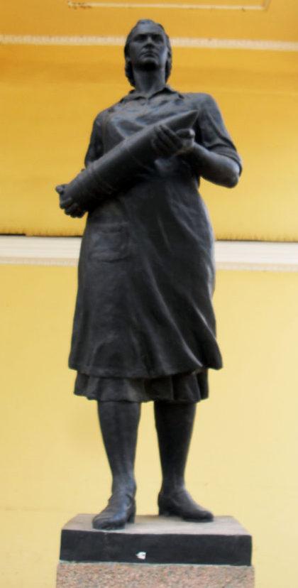 Скульптура «Тыл» у главного павильона парка. Скульптор - Н. Горенышев.