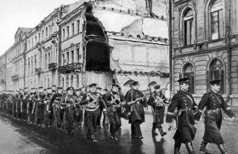 Моряки идут на передовую. Октябрь 1941 г.