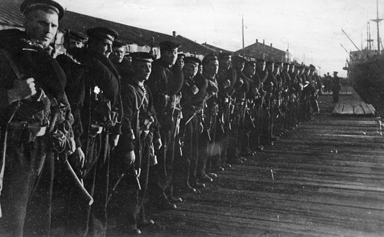 Морские пехотинцы в порту. Октябрь 1941 г.