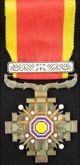 Аверс и реверс ордена Столпов государства 5 класса с позолоченной планкой.
